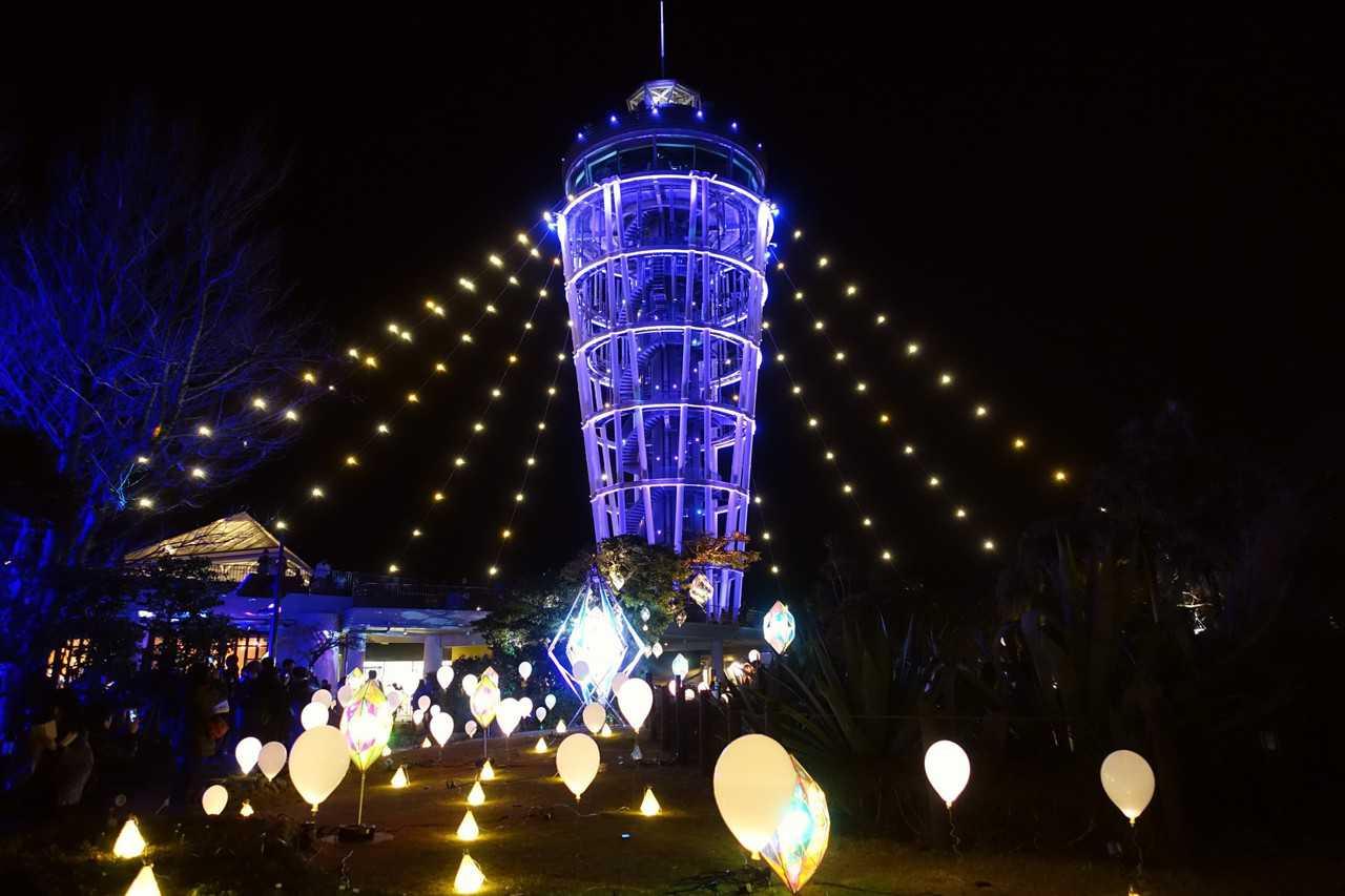 La tour Sea Candle du jardin Samuel Cocking sur Enoshima, Fujisawa, préfecture de Kanagawa, pendant le festival hivernal d'illuminations