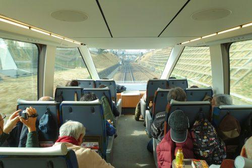 L'intérieur du train Limited Express Romancecar d'ODAKYU ELECTRIC RAILWAY avec ses immenses baies vitées