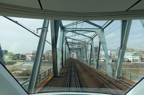 Vue sur les rails depuis l'intérieur du train Limited Express Romancecar d'ODAKYU ELECTRIC RAILWAY avec ses immenses baies vitées