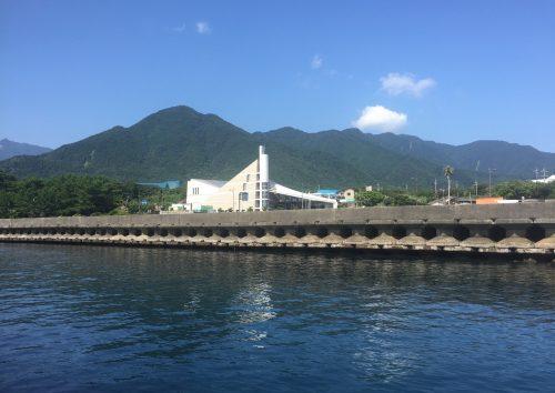 Arrivée sur le port de Miyanoura et vue sur le Centre Culturel et Environnemental de Yakushima, Japon