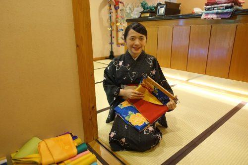 L'employée propose une séance d'essayage de kimono au ryokan Shinsen de Takachiho (Miyazaki, Kyushu)