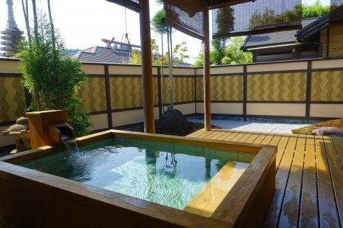 Rotemburo privatif sur la terrace de la chambre au ryokan Shinsen de Takachiho (Miyazaki, Kyushu)