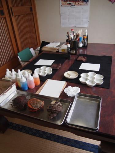 Le matériel prêt pour un atelier de peinture sumi-e