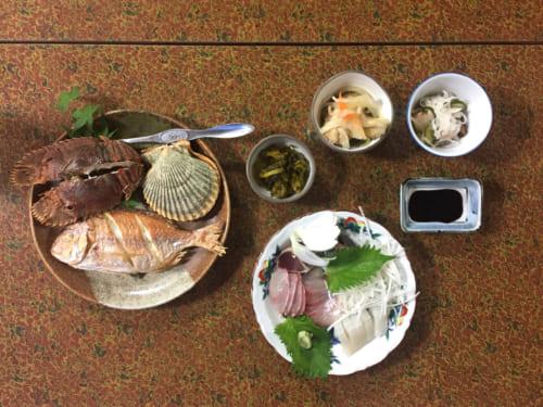 Dîner au shimizu Marine Inn : poissons grillés et en sashimi et coquillages