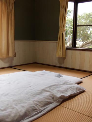 Chambre traditionnelle du Shimizu Marine Inn à Kamae : futon sur un sol de tatami