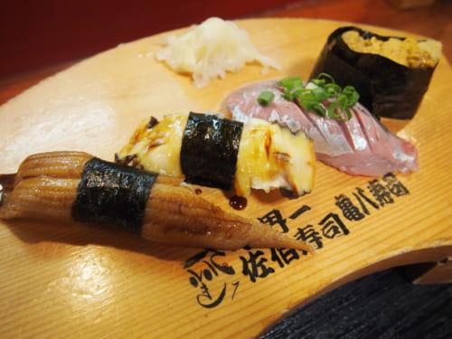 Assortiment de sushis sur un plateau en bois