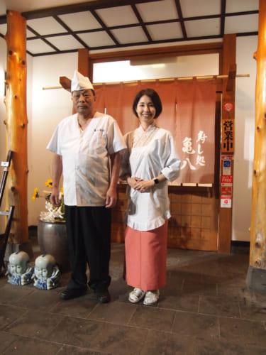M. Todaka, maître sushi et sa fille qui travaille avec lui dans son restaurant à Saiki