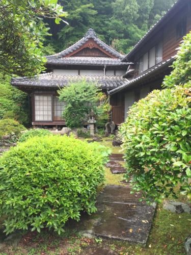 Demeure de nobles de époque Edo, entourée de vedure à Saiki, Oita, Kyushu
