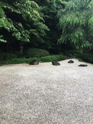 Vue sur jardin zen à Kyushintei avec ses pierres se détachant sur le gravier blanc, Saiki