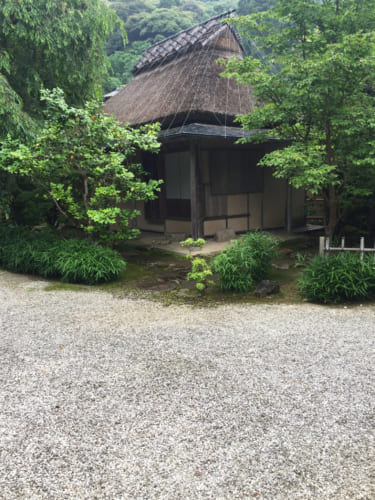 Petite maison de thé au toit de chaume au Kyushintei, Saiki, OIta