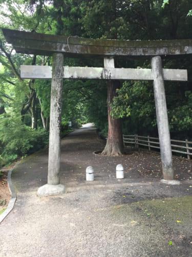 Torii de pierre à l'entrée du sanctuaire de Saiki, Oita, Kyushu