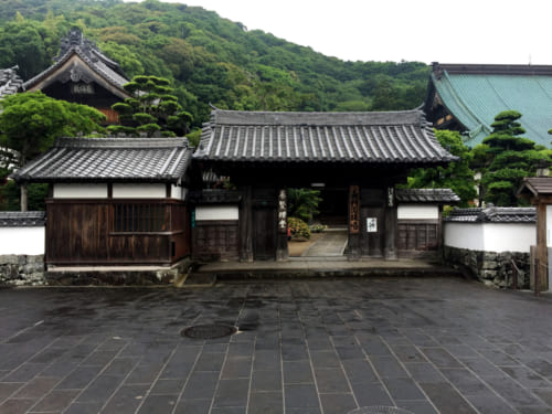 Entrée d'un temple bouddhiste à Saiki, Oita, Kyushu
