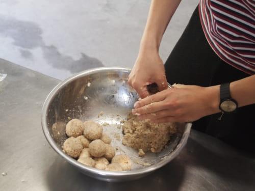 Mélange des ingrédients pour fabriquer le miso au Fukashima Shokudo