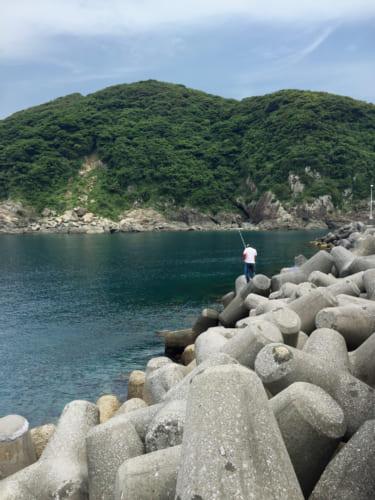 Pêcheur sur les tripodes de l'île de Fukashima