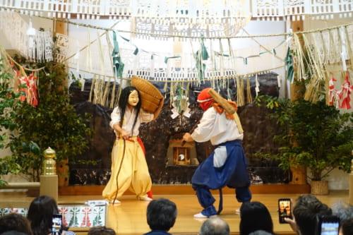 Quatrième acte du kagura de Takachiho : la danse de Goshintai, deux danseurs ensemble en scène