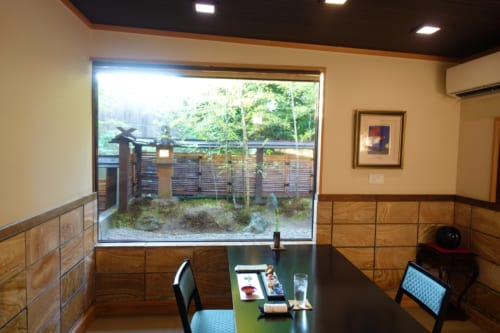 Salle de restaurant du ryokan Shinsen, où l'on déguste le bœuf de Takachiho version cuisine kaiseki, avec vue sur le jardin japonais