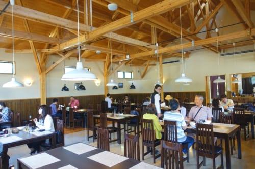 La salle du restaurant Nogami (Miyazaki, Kyushu), spécialisé dans le bœuf de Takachiho