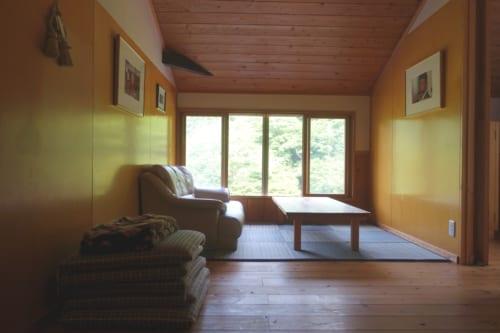 Salon commun avec vue sur la nature dans le Minshuku Maroudo, à Takachiho, Miyazaki, Kyushu