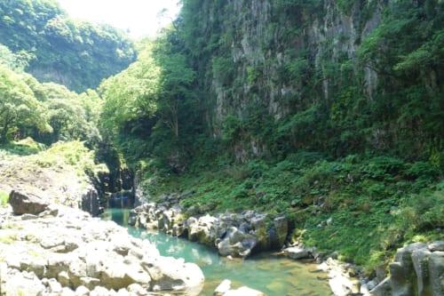 Takachiho (Miyazaki, Kyushu) : la rivière entourée de pierres blanches et de végétation