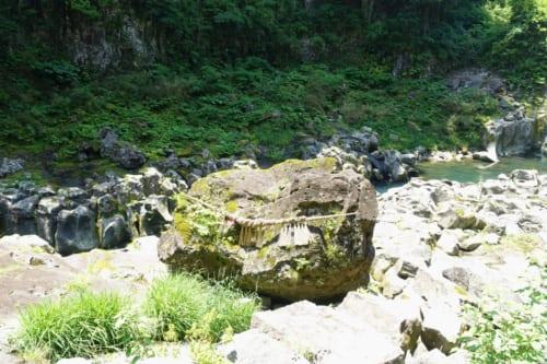 Vue sur les gorges de Takachiho (Miyazaki, Kyushu) : le rocher de Kihachi entouré d'une corde sacrée shinto