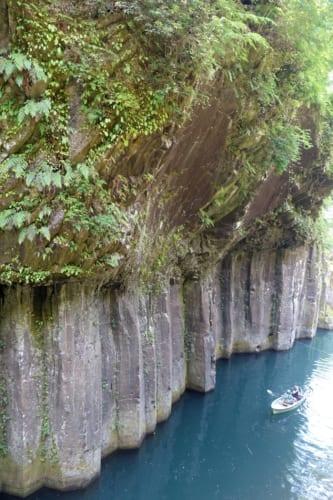Vue sur les gorges de Takachiho (Miyazaki, Kyushu) : une barque, minuscule face à la falaise abrupte