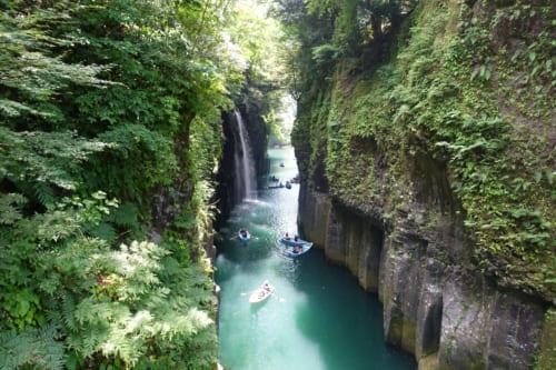 Vue sur les gorges de Takachiho (Miyazaki, Kyushu) : petites barques sur une eau turquoise