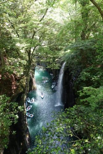 Vue sur les gorges de Takachiho (Miyazaki, Kyushu) : petites barques au bord de la cascade de Minai