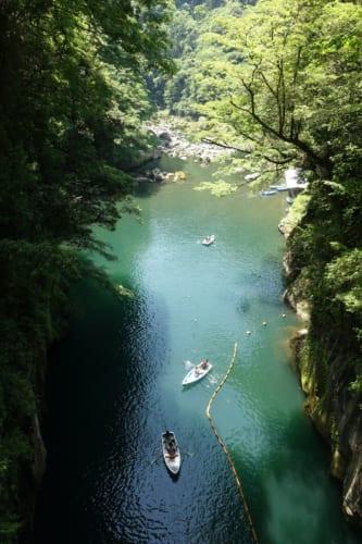 Vue sur les gorges de Takachiho (Miyazaki, Kyushu) : petites barques au milieu d'une nature luxuriante