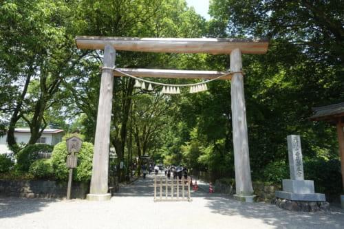 Torii de bois à l'entrée du sanctuaire Amanoiwato à Takachiho, Miyazaki, Kyushu