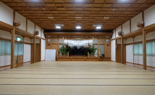 Salle intérieure d'un bâtiment du sanctuaire de Takachiho, au sol de tatamis, Miyazaki, Kyushu