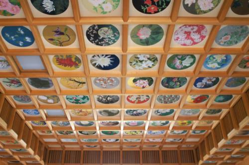 Plafond peint de 26à espèces de fleurs dans un bâtiment du temple Tachibana-dera