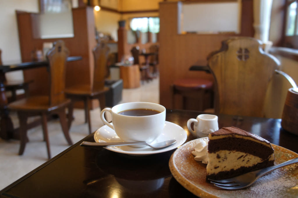 Café et pâtisserie au chocolat au Café Misono, dans un décor de bois sombre