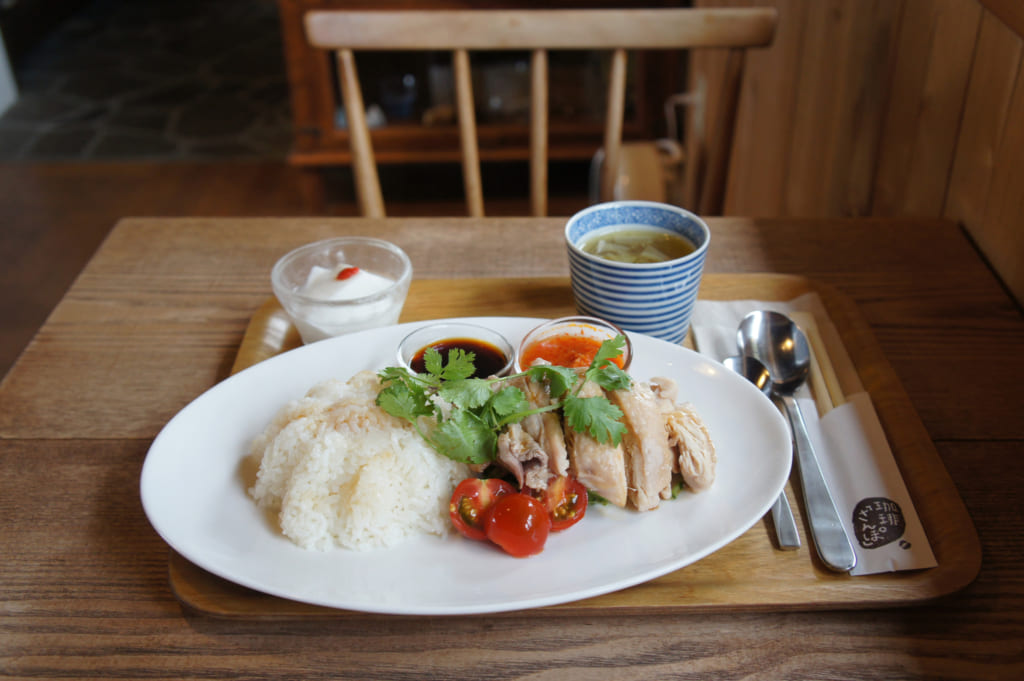 Poulet de Hainan au Coffee Sanpo, dans un décor tout en bois clair