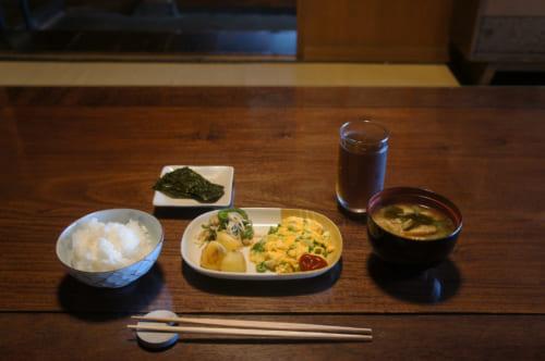 Petit déjeuner japonais à Tomaryanse : riz, soupe miso, œufs brouillés et légumes