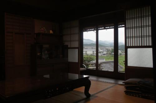 La salle à manger de Tomaryanse : une pièce traditionnelle avec vue sur le village d'Asuka