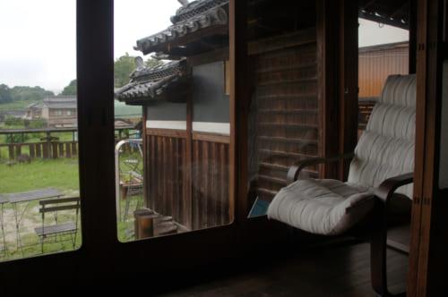 Coin détente devant les grandes baies vitrée de la salle à manger de Tomaryanse