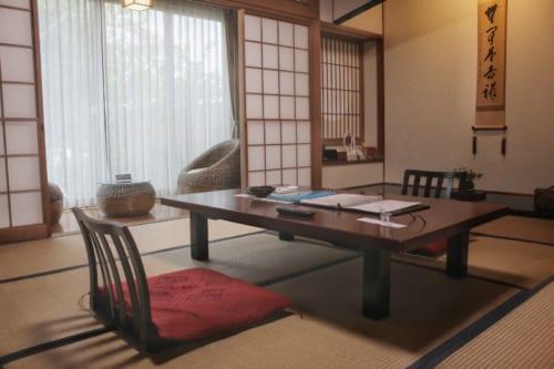 Chambre dans le ryokan Satsuki Bessou : espaces salon et repas