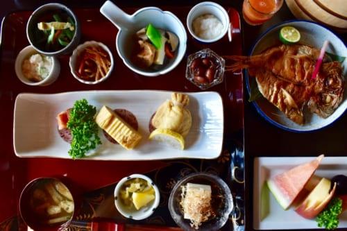 La grande variété des plats servis au petit déjeuner au Ryokan Konomama