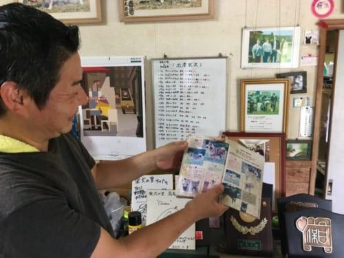 M. Miyazaki, fier de montrer les prix reçus par ses chiens shiba inu