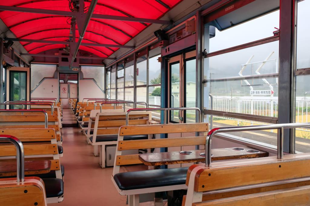 L'intérieur des wagons du train torokko qui roule entre la gare de Takamori et la gare de Nakamatsu