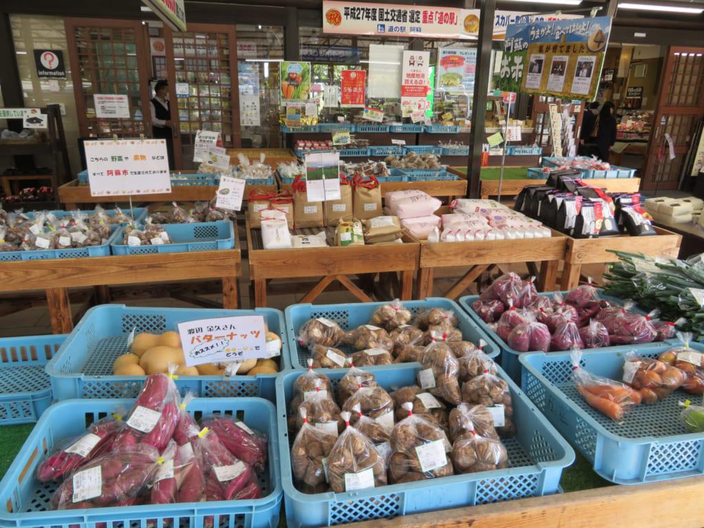 Étalage de produits locaux devant la michi-no-eki d'Aso