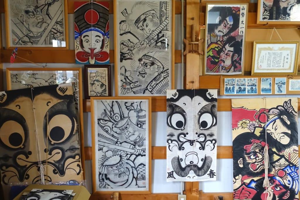 Des cerf-volants managu accrochés au mur de l'atelier Shunpu-Kan à Yuzawa, préfecture d'Akita