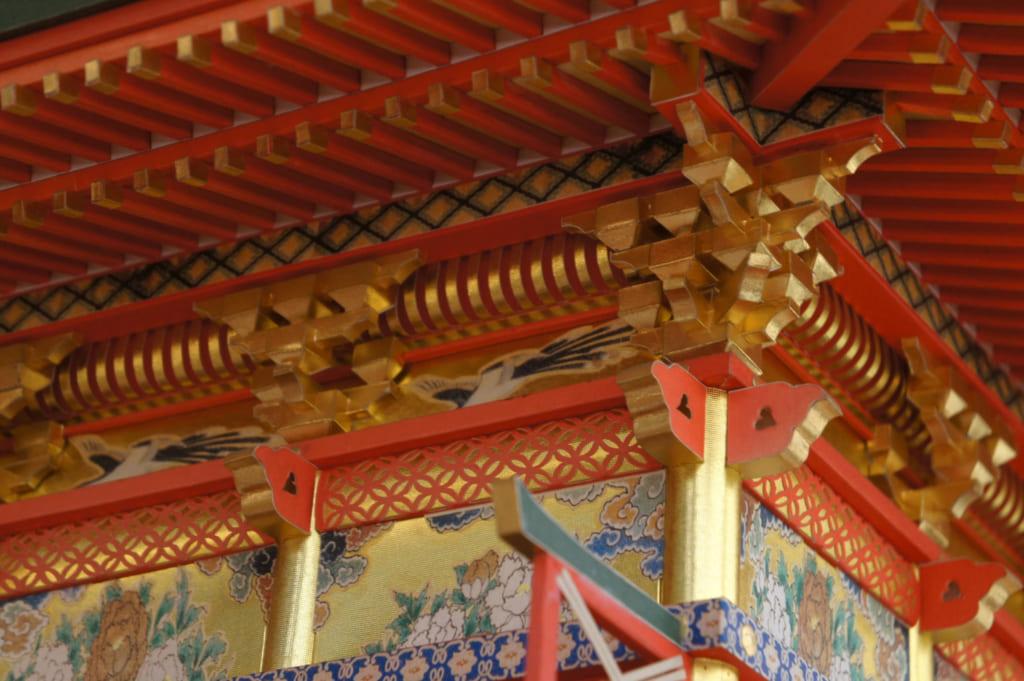 Détail d'un temple coloré, réalisé en papier