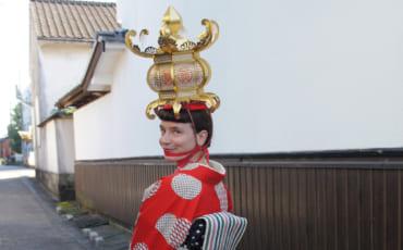 Clémentine en kimono, une lanterne de papier sur la tête, dans les rues de Yamaga