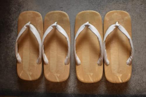 Sandales japonaises zori, mise à la disposition des clients du Ryokan Konomama à Kumamoto