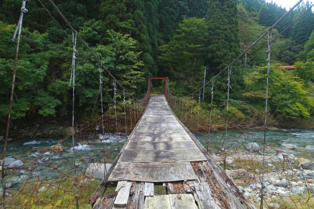 Petit pont suspendu menant au Kawara no Yukko