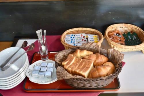 Option occidentale pour le petit déjeuner avec du pain et de la confiture