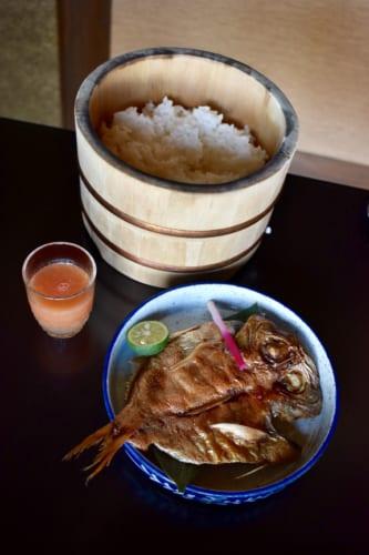 Petit déjeuner japonais au Ryokan Konomama : riz et poisson grillé