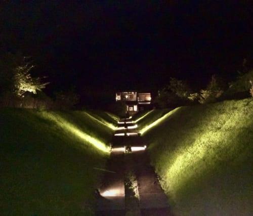 Le chemin menant au belvédère vu de nuit
