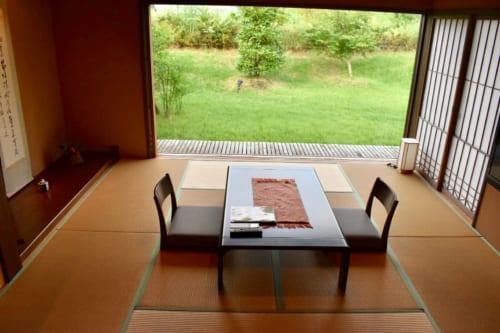 L'espace salon au sol de tatamis, largement ouvert sur le jardin